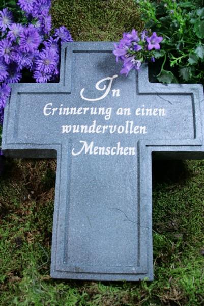 """Kreuz, In """"Erinnerung an..."""", Resin, grau/silber"""