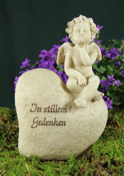 """Engle auf Grabherz sitzend, Aufschrift """"In stillem Gedenken"""""""