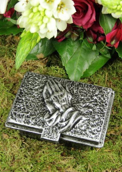 Weihwasserkessel mit Motiv betende Hände